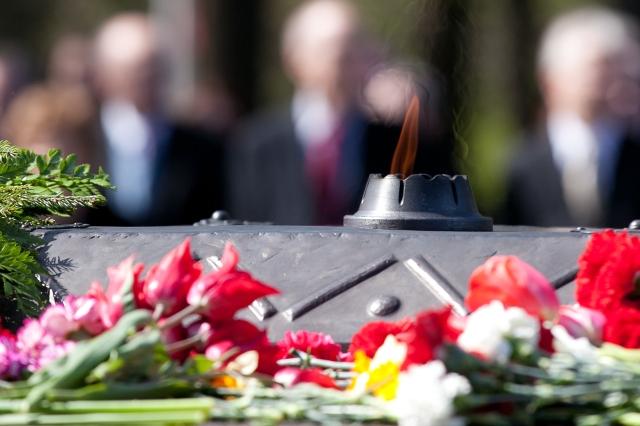Svinīgā vainagu nolikšanas ceremonija Rīgas Brāļu kapos, 2012. gada 8. maijs [Ernests Dinka, Saeimas kanceleja]